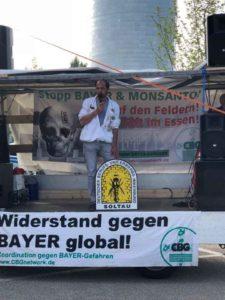 Imkermeister Klaus Ahrens bei der Rede anläßlich einer Demo gegen den Agrarkonzern Bayer