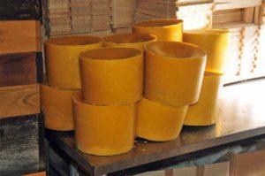 """In jeder größeren Imkerei gibt es eine eigene Wachsverarbeitung, aus der das Bienenwachs für Kerzen wie """"Kugelkerze mit Rippen"""" gewonnen wird. (Foto: Klaus Maresch)"""