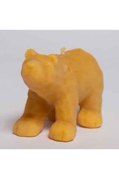 """Die Figur """"Sitzender Eisbär"""", eine Kerze aus 100 % reinem Bienenwachs, wurde von Hand gegossen und gefertigt in der Buckfastimkerei Aumeier."""