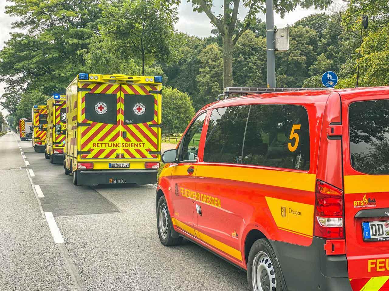 Einsatzfahrzeuge stehen im Bereitstellungsraum auf der Stübelallee bereit. © Feuerwehr Dresden